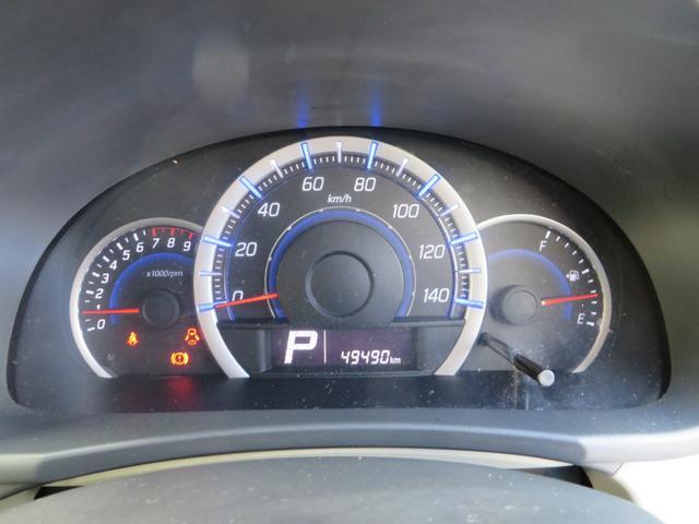 メーターは状況によってイルミネーションが替わります、低燃費運転時に→グリーン、停車時→ブルー、充電走行時→ホワイト、と低燃費をアシストしてくれます。