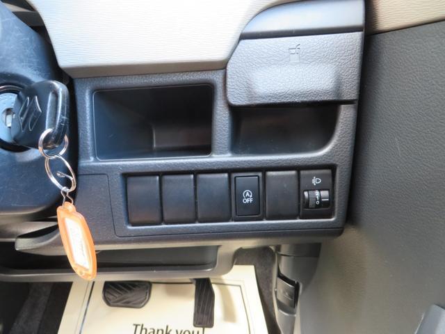 運転席右側より、アイドリングストップ、ヘッドライトレベライザー、パワーウィンドウ、電動格納ミラー&調整、各種ON・OFFスイッチ類。