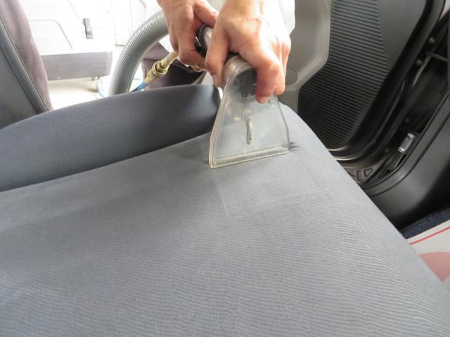 シートクリーニングの様子、特殊洗剤をなじませ、スチームと同時に汚れを吸い取ります。