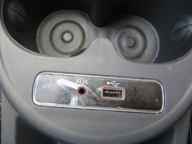 A/Tシフト、下、フロアにある、2つのドリンクホルダーと、USB・AUXの接続部分、音楽プレーヤーなどと接続→クルマのスピーカーから音楽再生OK!