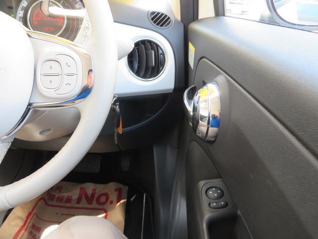運転席右側より、ドアノブもメッキでおしゃれ。