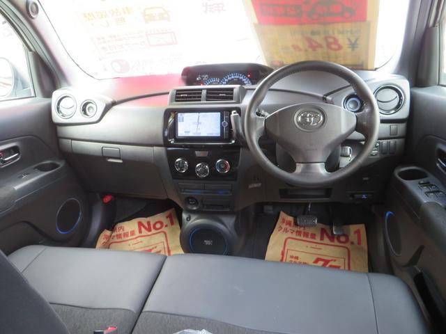 運転席ビュー、ベンチシートで広々!アームレスト付き、 ナビ・フルセグTV・CD録音再生・DVD・ブルートゥース通話&音楽、バックカメラ、ETC付き、本革ステアリング。