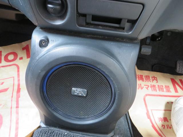 ナビ下には、オートエアコン、ドリンクホルダー×2、小物入れ(ブルーイルミネーション付き)ウーファースピーカー付き