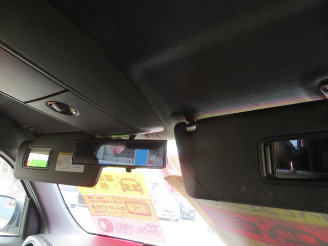 サンバイザー裏には、ミラー&照明付き、中央上には、天井にある、コンソールBOXが便利です。