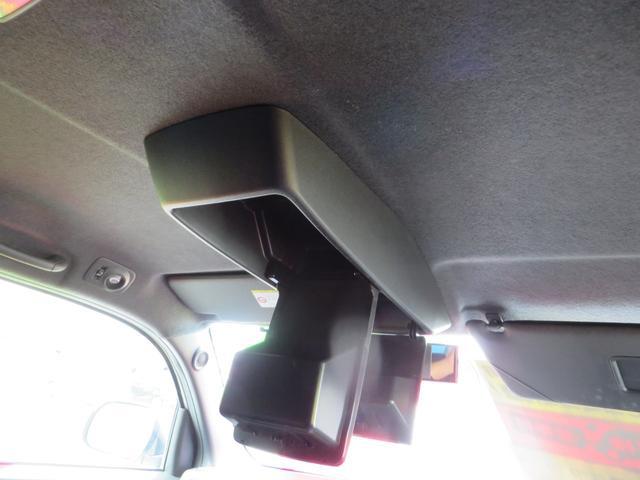 運転席の中央、天井にある、コンソールBOXが便利です。