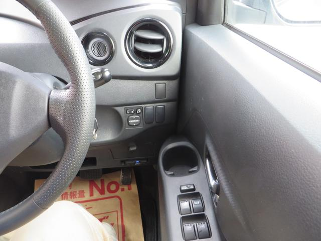 運転席右側より、良く使う運転席ドリンクホルダーが便利です。