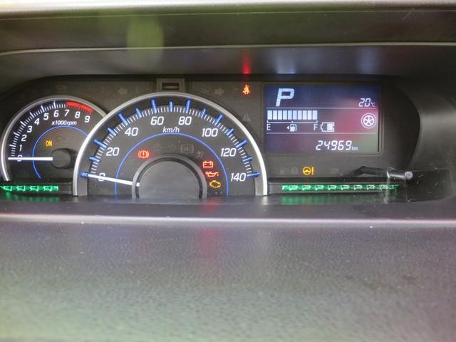 ハイブリッド専用メーター、低燃費運転時→グリーンにイルミネーションがかわり、停車時・通常時→ブルー、充電走行時→ホワイトと、低燃費運転をアシストしてくれます。