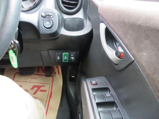 運転席右側より、Ecoボタン、横滑り防止、ヘッドライトレベライザー、その他各種スイッチ類。