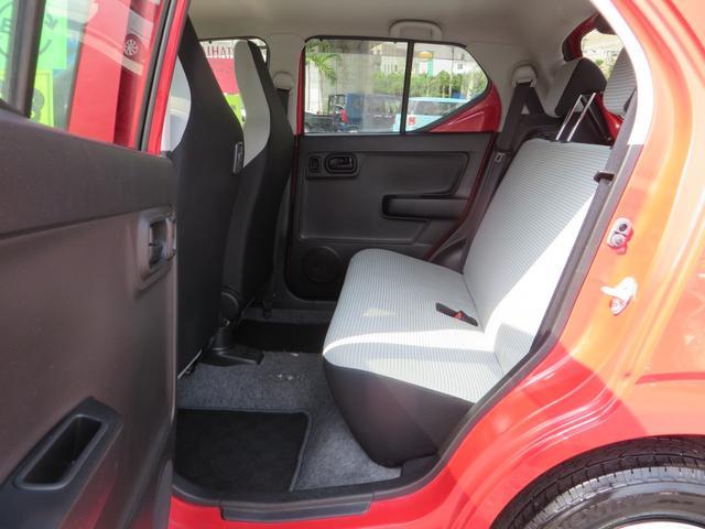 助手席側より、リアシート、リアシートは荷物が多いときにはフルフラットにできます、 全席抗菌・消臭クリーニング仕上げ。