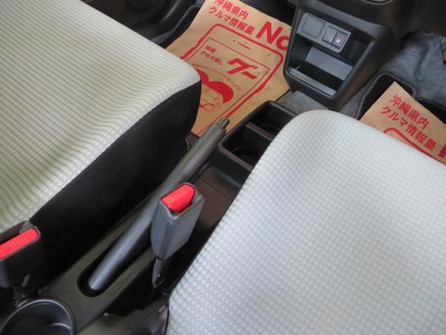 サイドブレーキは手で引くタイプです。