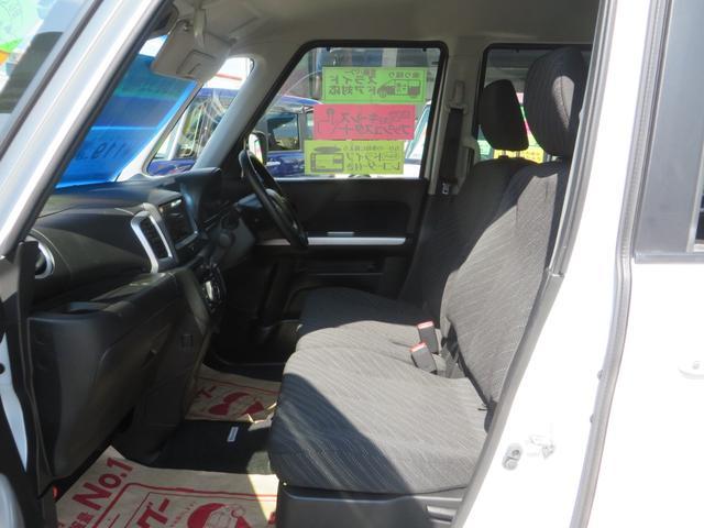 助手席より、ベンチシートタイプで広々感UP! アームレスト付き、全席抗菌・消臭クリーニング仕上げ。
