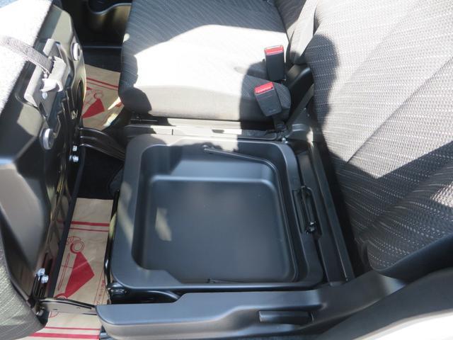 助手席座面下には大きな収納BOXがあり便利です。