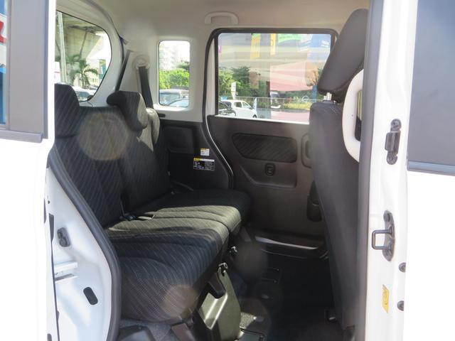 運転席側より、リアシート、広々大空間。