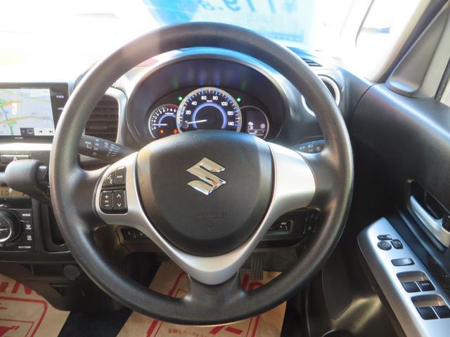 オーディオスイッチ付きステアリングまわり、メーターは低燃費運転時→グリーン、停車時・アクセルの踏み込みすぎの運転時は→ブルーとイルミネーションがかわり低燃費運転を色でアシストしてくれます。