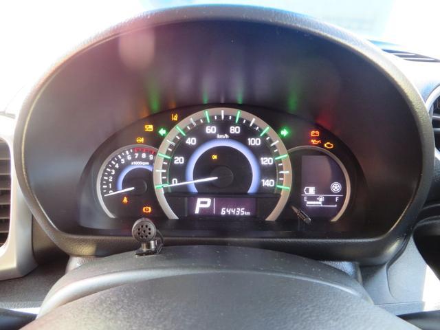 メーターはハイブリッドディスプレー付き低燃費運転時→グリーン、停車時・アクセルの踏み込みすぎの運転時は→ブルーとイルミネーションがかわり低燃費運転を色でアシストしてくれます。