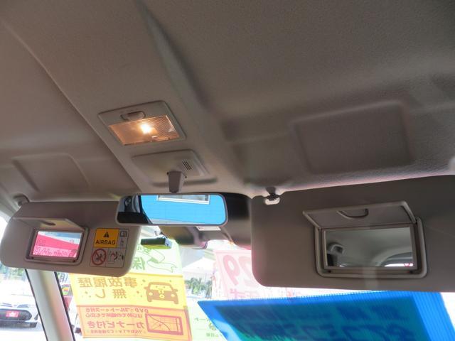 サンバイザー裏にはミラー&照明付き、ルームミラー裏にはレーダーブレーキの本体部分があります。