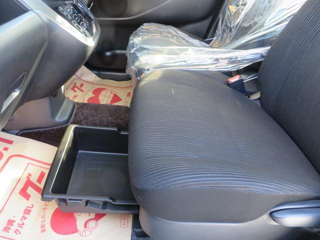 助手席下には、引き出しタイプの小物入れが便利。