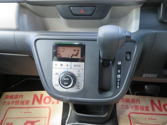 ナビ下には操作性・見た目もGOOD!なオートエアコン、ハンドルの位置に近く便利なインパネATシフトです。