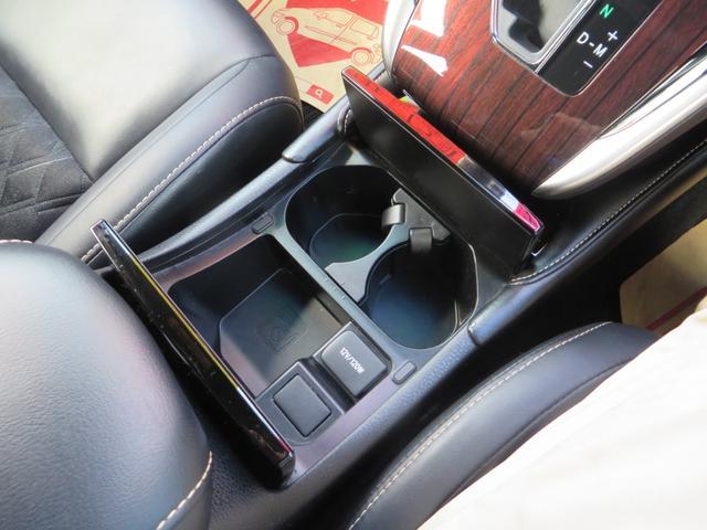 木目調、フタを押すと2つのドリンクホルダーがあり便利です。