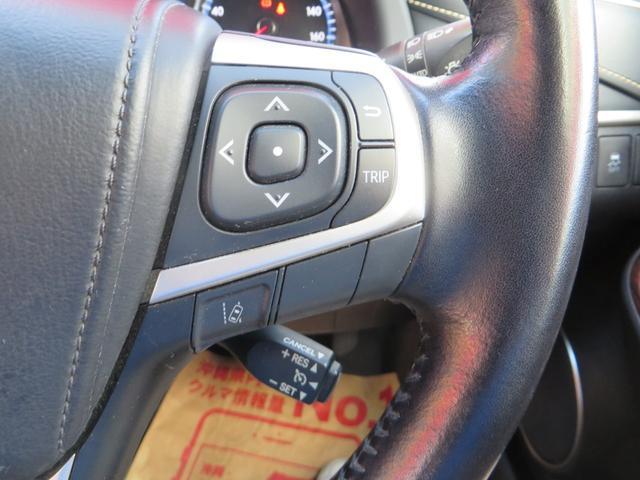 右→ 高速道路で便利なオートクルーズ機能と、中央ディスプレーの操作スイッチ