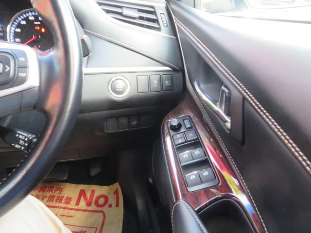 運転席右側より、エンジン・プッシュスタート、スマートキー×2、横滑り防止、オートライト、オートハイビーム、斜線離脱警報、その他各種スイッチ類。