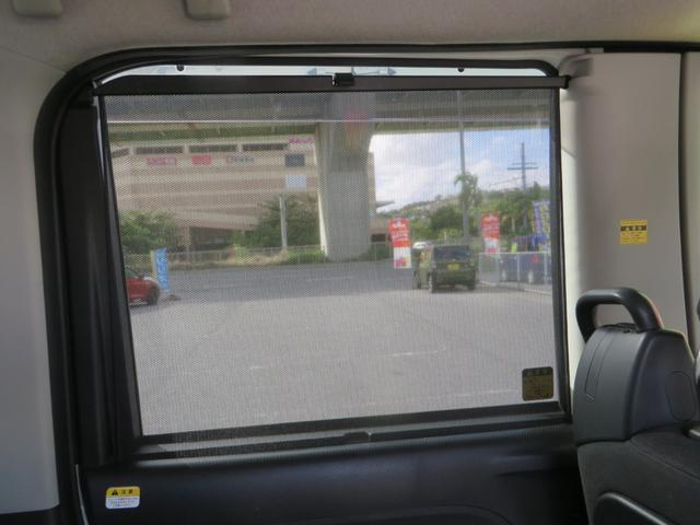 運転席側より、リアシート、日差しをカットするロールサンシェード付き