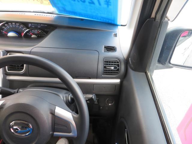 運転席右前より、よく使うドリンクホルダー、大きめの小物入れ。