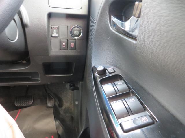運転席右側より、エンジン・プッシュスタート、スマートキー×2、パワースライドドアスイッチ、横滑り防止スイッチ、その他各種スイッチ類。