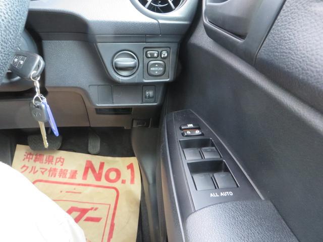 運転席右側より、電動格納ミラー&調整、パワーウィンドウスイッチ、コイン入れ、ヘッドライト光軸調整、その他各種スイッチ。