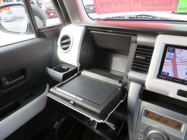 助手席前の収納もグローブBOX内以外にも収納が豊富。