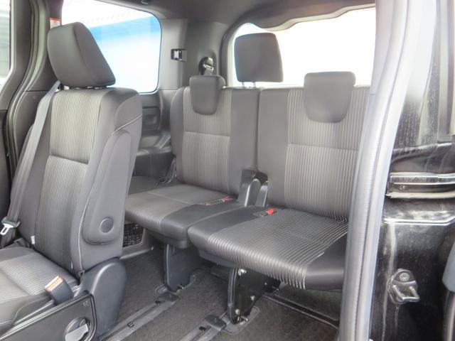 助手席側より、3列目シート、前列から2名→2名→3名の7名乗りです。
