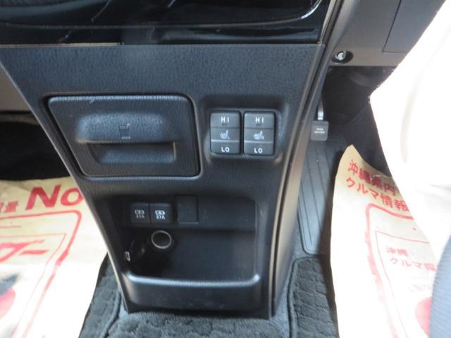 オートエアコン下には、2つのドリンクホルダーと、冬など寒い日に嬉しい運転席・助手席シートヒーター、USB充電ポート×2