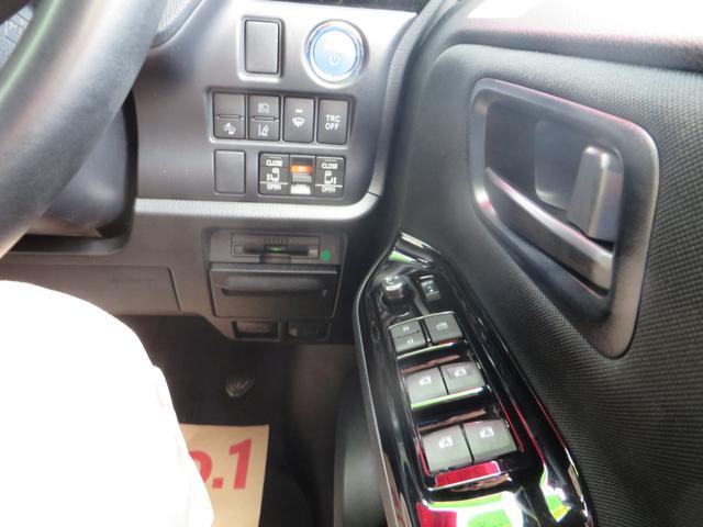 運転席右側より、エンジン・プッシュスタート、スマートキー×2、レーダーブレーキサポート・車線離脱警報・誤発進抑制・衝突回避軽減システム、両側パワースライドドア・オートハイビーム、その他各種スイッチ類。