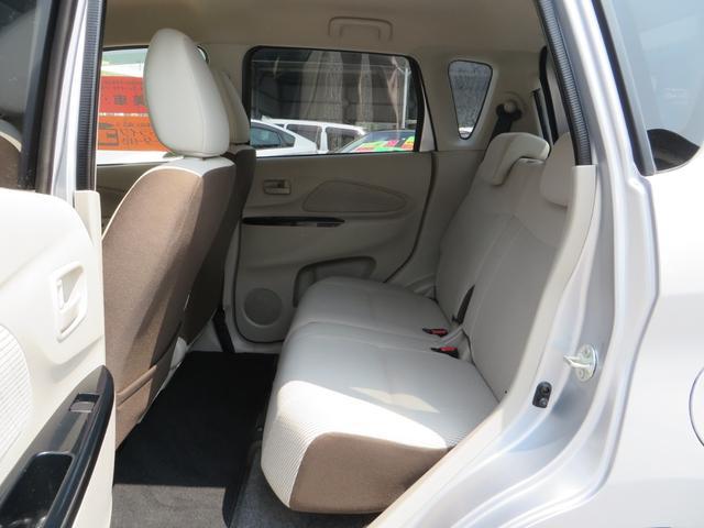 助手席後ろ、リアシート、シートは前後スライド&フルフラット&リクライニングできます、全席抗菌・消臭クリーニング仕上げ。