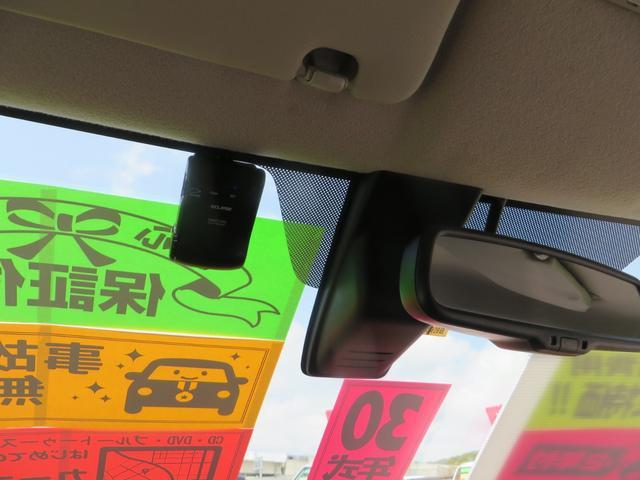 室内より、ルームミラー裏にはレーダーブレーキサポート、ドライブレコーダー付き