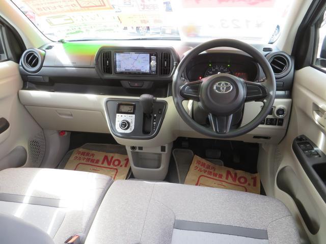 運転席ビュー、ベンチシートで広々感UP!アームレスト付き、全席抗菌・消臭クリーニング仕上げ。