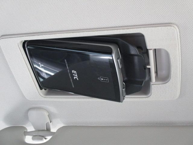 運転席サンバイザーの後ろに隠れるようにETC車載器を収納!1プッシュで車載器が斜めに下がり、ETCカードの出し入れが簡単にできます!