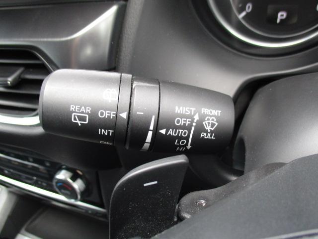 フロントウィンドウに設置したセンサーに雨があたれば、ワイパーが自動作動!ドライバーは運転に集中できます!