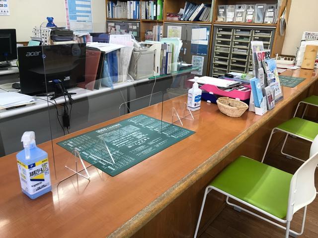 カウンター/テーブルに飛沫防止シートとアルコール消毒液を設置しております。