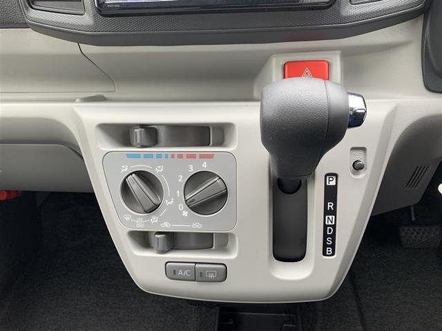 左側 マニュアルエアコン操作パネル                 右側 シフトレバー