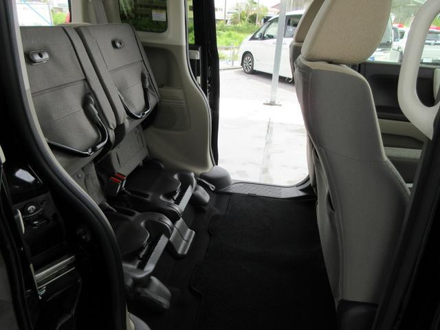 前後にスライドしたり、水平に倒すだけではなく、座席を上に持ち上げるだけで、また新しく荷物を乗せるスペースができます♪
