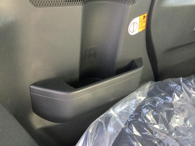 後席両側収納付き!