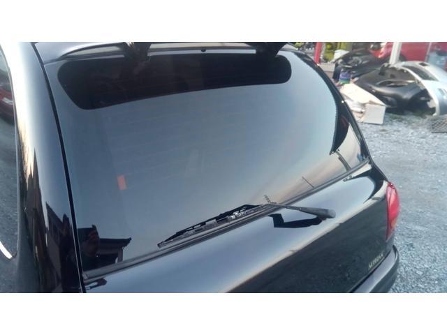 リアガラス、クォーターガラスはフィルムが貼られていて、日差しを遮るのと共にプライバシー保護にも役立ちます。更にはスポーティー感も演出。