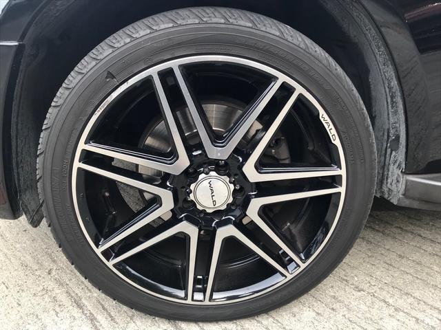 タイヤ4本にWALD製20インチホイールを装着しています!左フロントホイールですが、若干のガリ傷がございます。