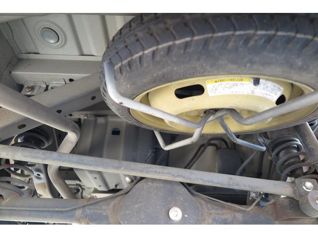 スペアタイヤは車の下についています。