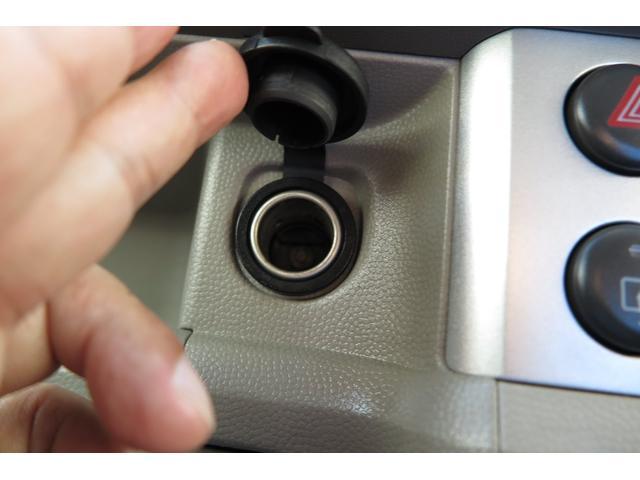シガライター電源はふたを外すと差し込み口が出てきます。