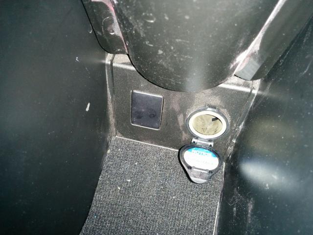 シガーソケットや外部入力はコンソールボックス内に設置してあります。
