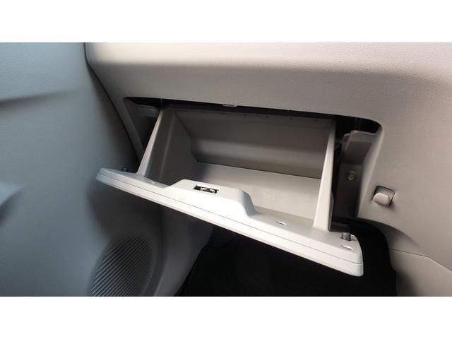 助手席のグローブボックスは大容量タイプです。