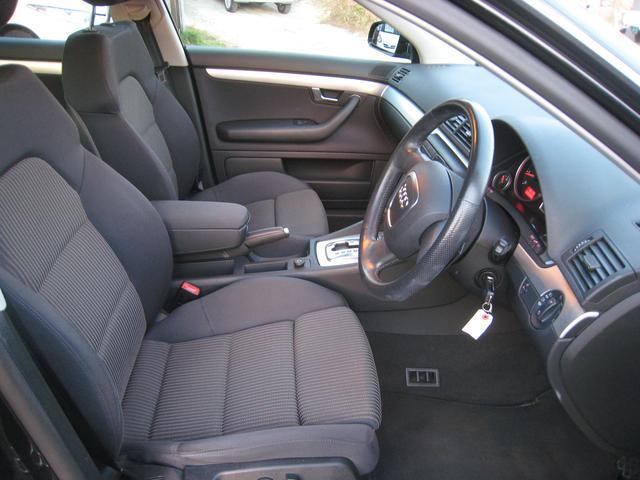 運転席、助手席は電動シートになっております。