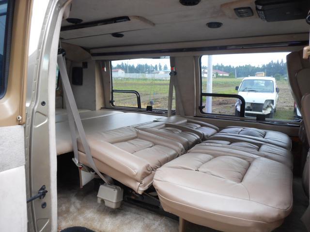 電動シートでフルフラットです。室内広々、キャンプにもってこいです。